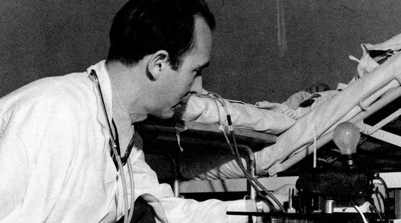 Нілс Алволл у 1946 р. з ранньою моделлю діалізного апарату